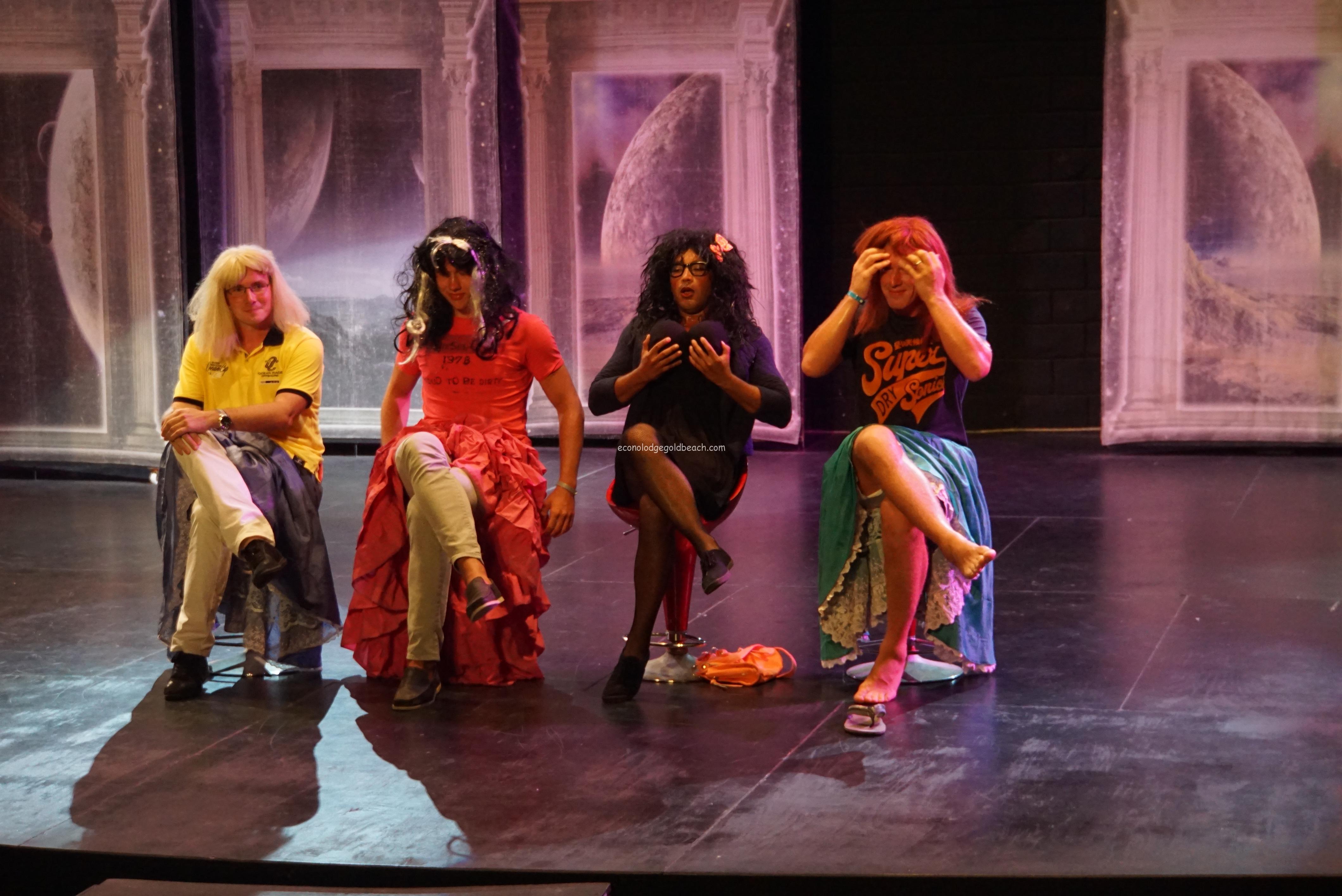 ステージでの女装コメディー