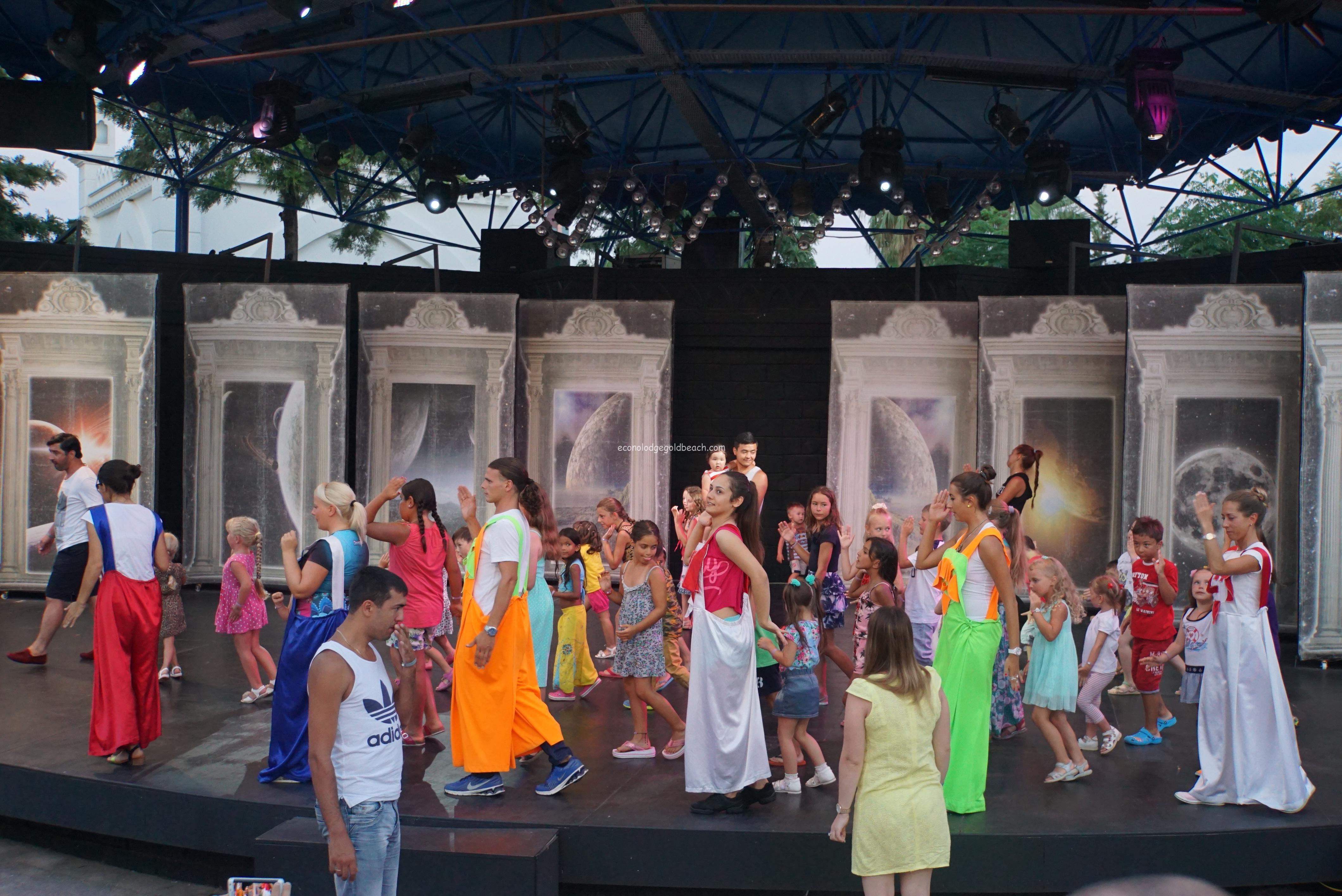 Kamelya World ステージでの子供のダンス