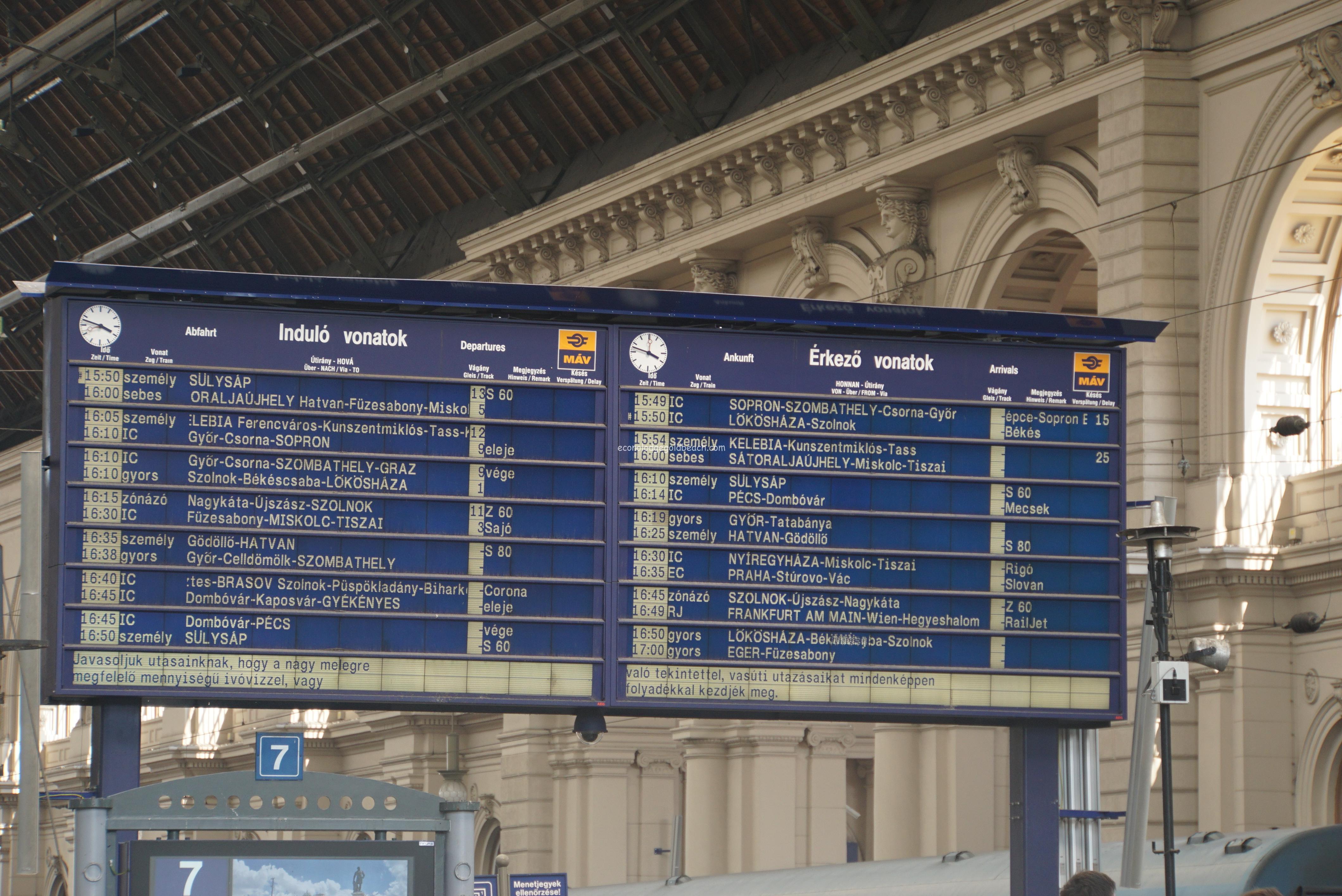 ブダペスト駅の掲示板