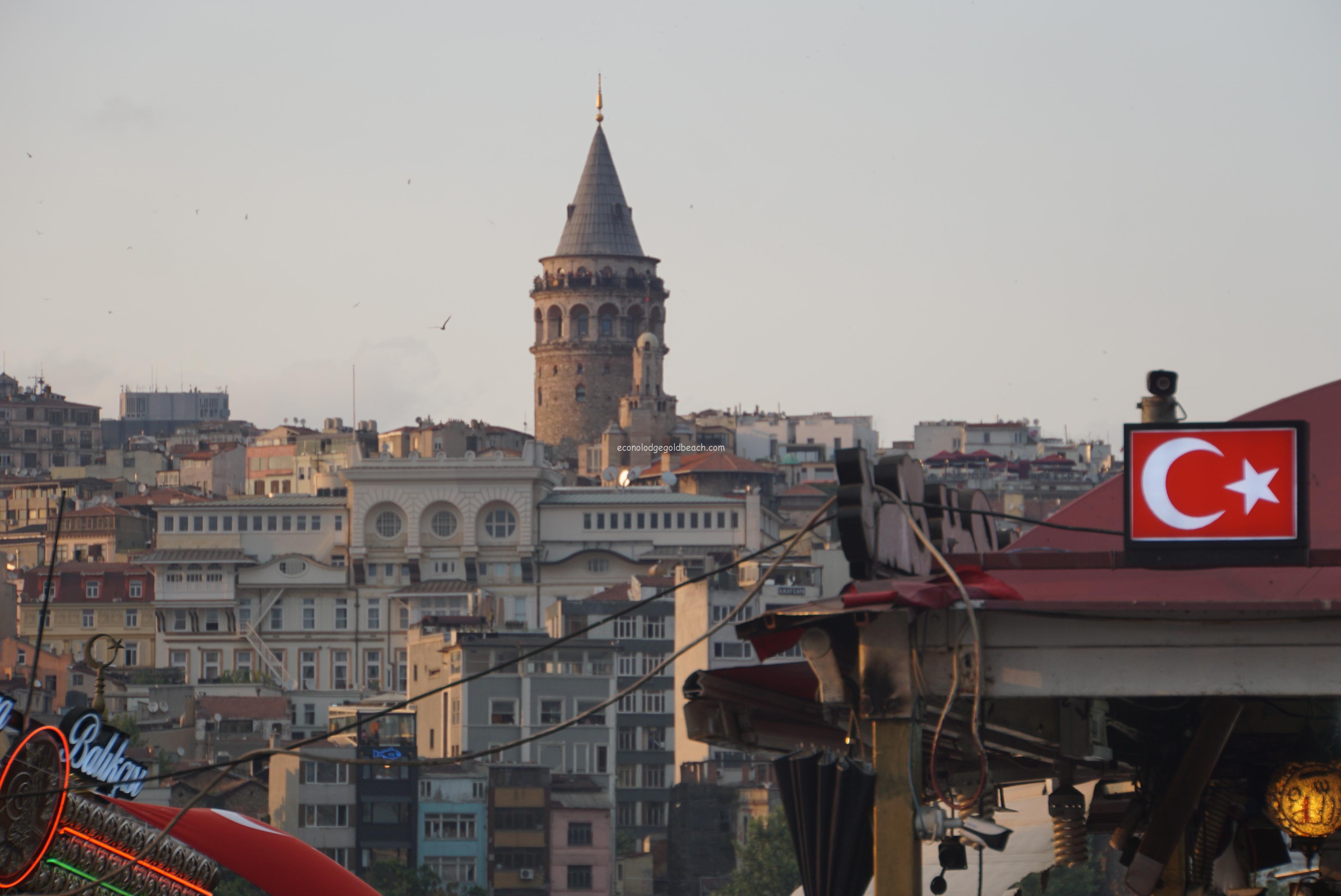エミノニュ広場から見たガラタ塔