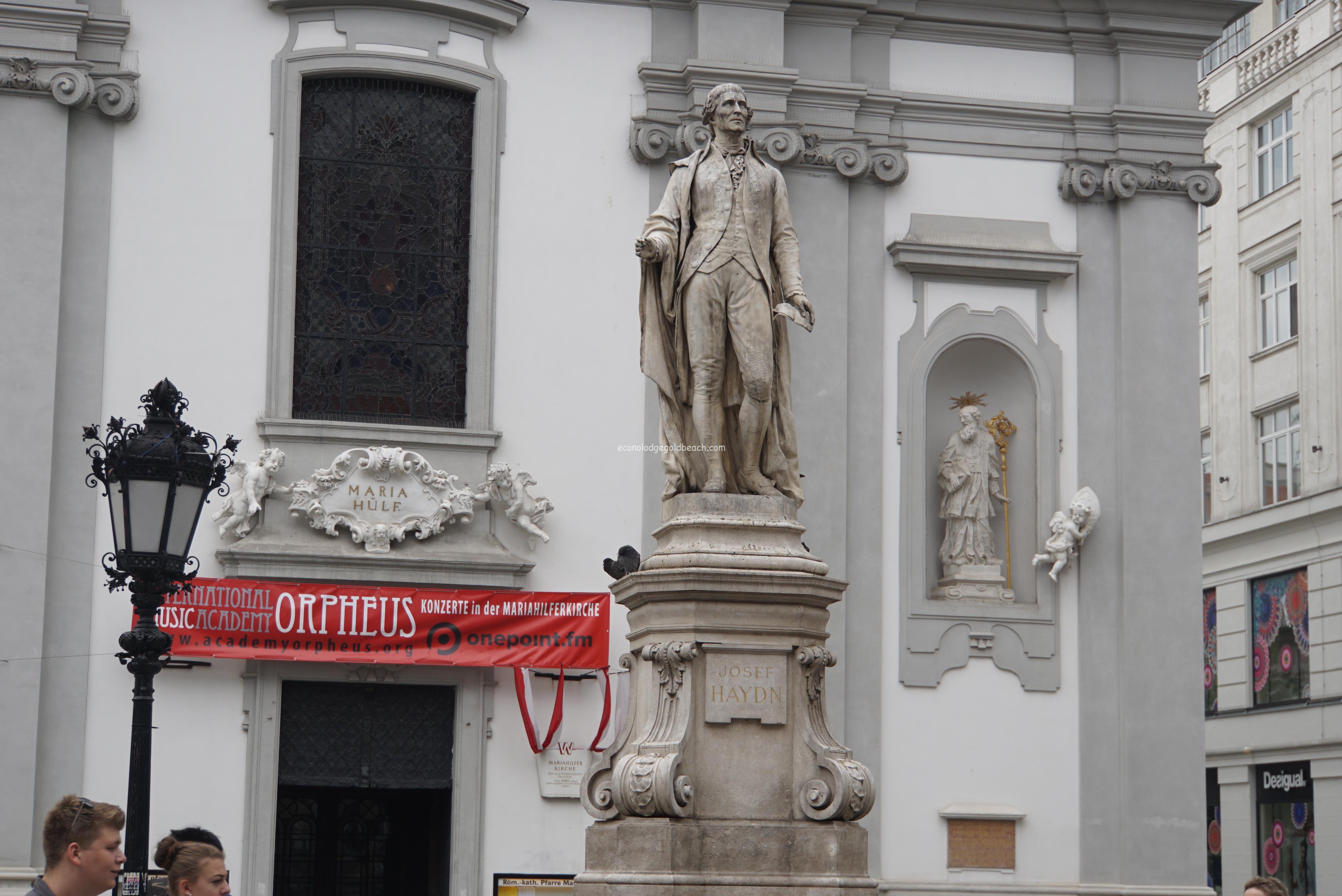 マリアヒルファー教会前のジョセフ・ハイドン像