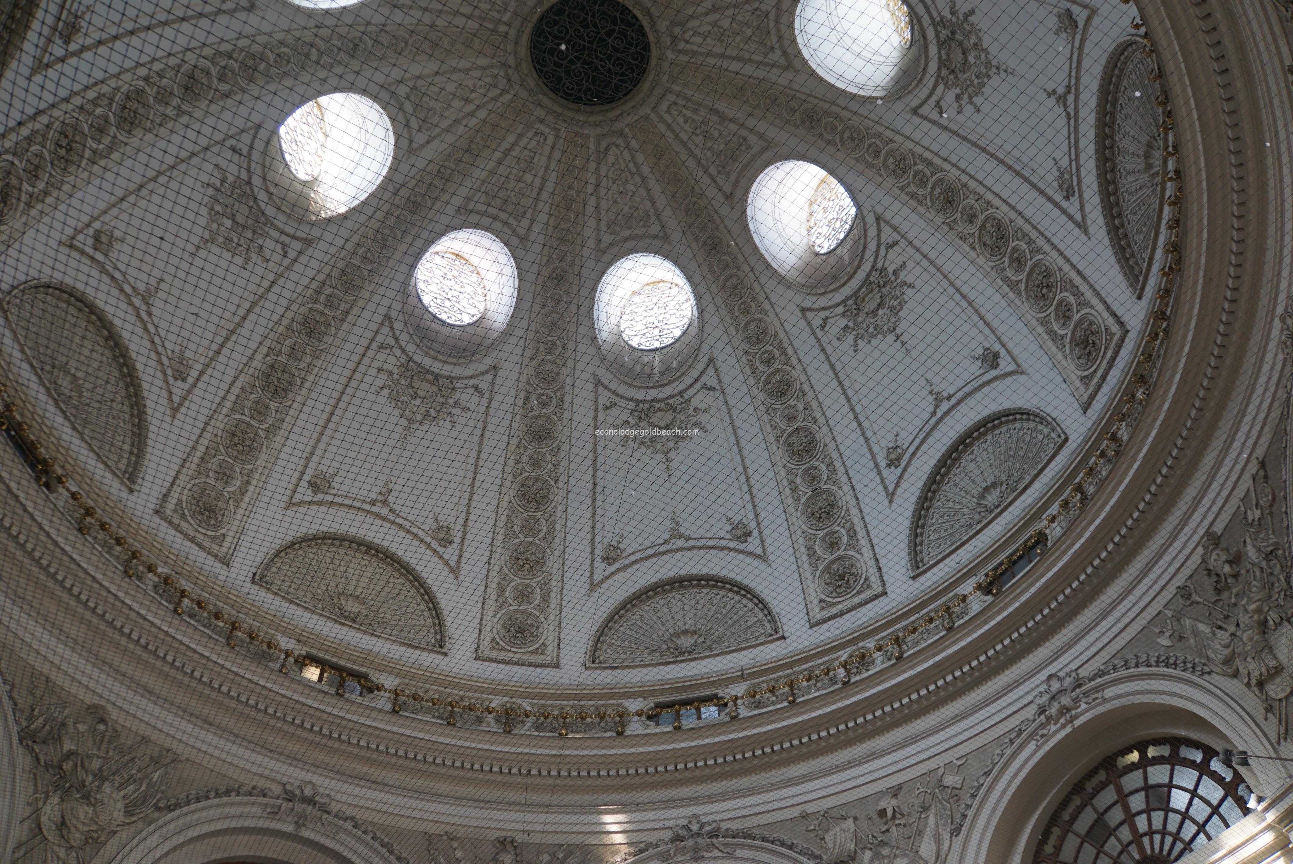 ウィーン旧王宮入り口を入って直ぐの天井