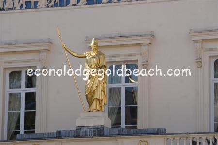 金色の銅像2